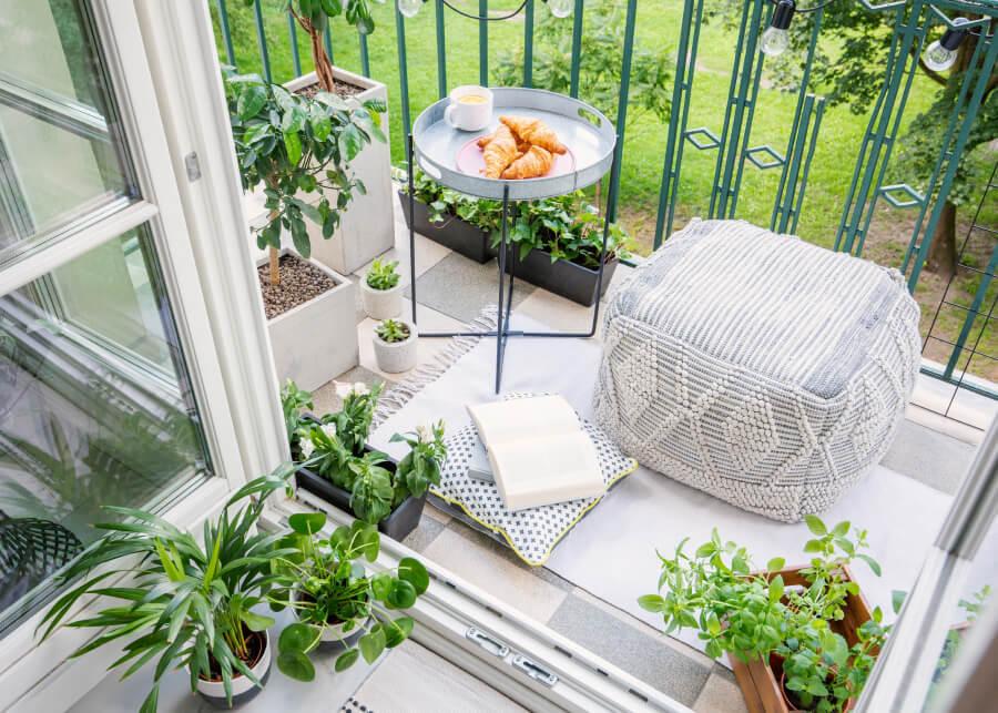 Как обустроить балкон своими руками и провести там всё лето