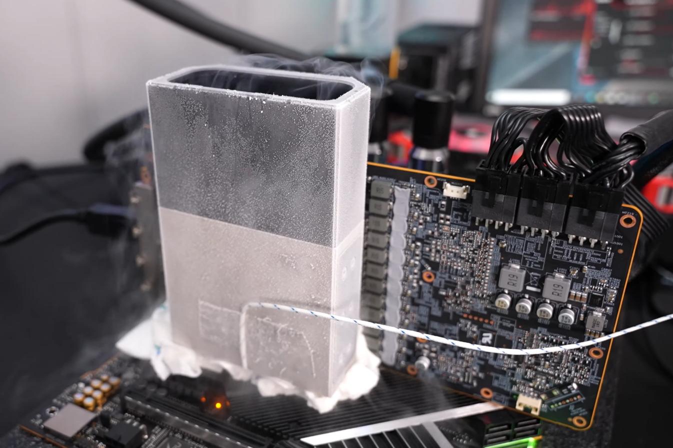 Вот, как надо разгонять видеокарту: парень побил мировой рекорд частоты с азотным охлаждением