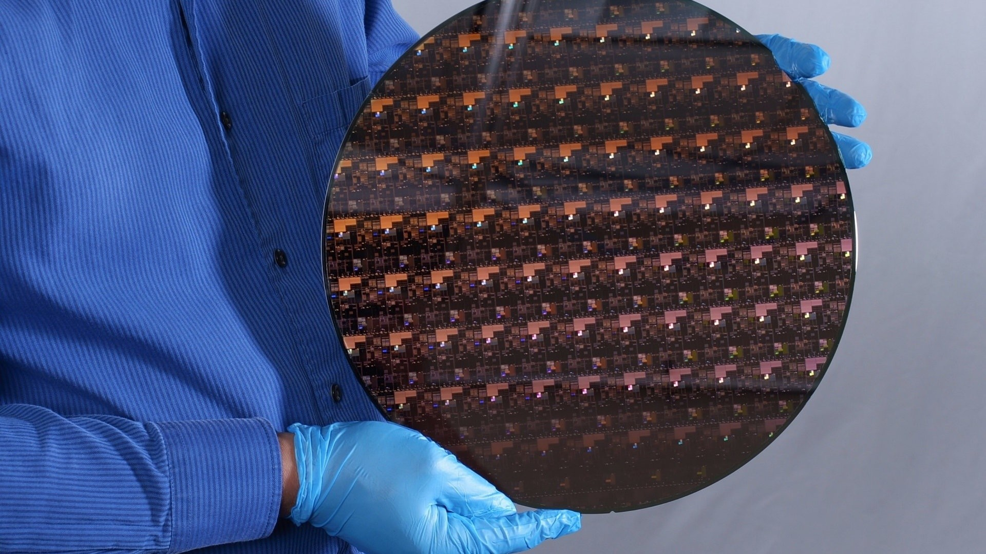 IBM создала первый в мире чип по 2-нм техпроцессу. Это невероятный прорыв в индустрии