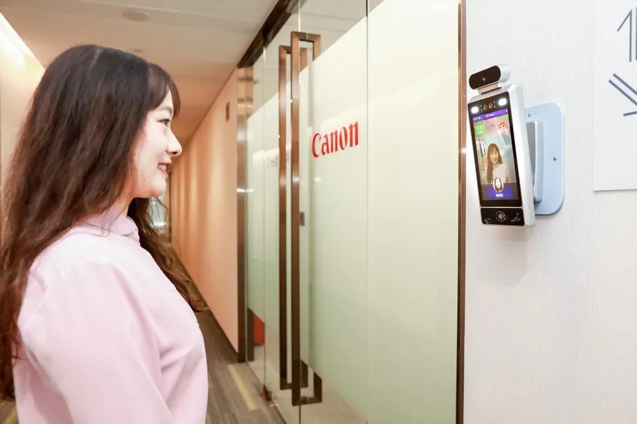 Canon придумала замки с камерой, которая пропускает только счастливых работников