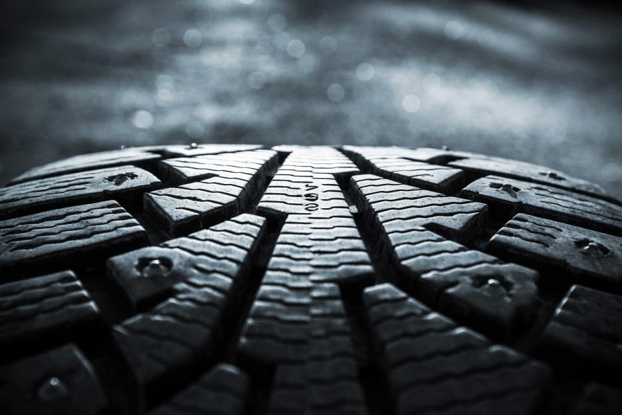 Как выбрать зимние шины? Что лучше: шипы или липучка?